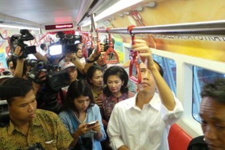 Gubernur DKI Jakarta Joko Widodo tengah meninjau purwarupa Monorel di Monas.