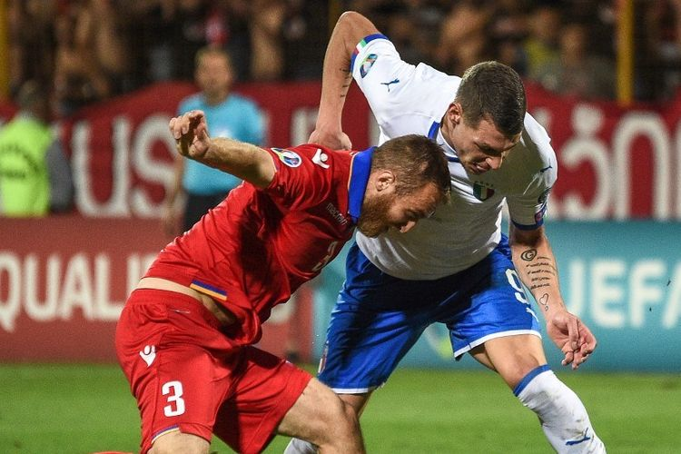 Varazdat Haroyan menjaga Andrea Belotti dalam pertandingan Armenia vs Italia pada kualifikasi Euro 2020 di Yerevan, 5 September 2019.