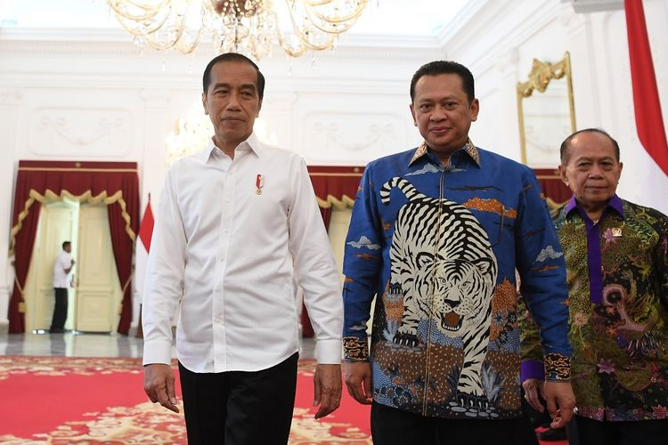 Presiden Joko Widodo (kiri) bersama Ketua MPR Bambang Soesatyo (tengah) bersiap memberikan keterangan seusai melakukan pertemuan di Istana Merdeka, Jakarta, Rabu (16/10/2019). Pada pertemuan tersebut Ketua MPR memberikan kepada Presiden undangan pelantikan presiden-wakil presiden periode 2019-2024 pada 20 Oktober mendatang yang akan dilaksanakan di kompleks Parlemen, Senayan, Jakarta. ANTARA FOTO/Wahyu Putro A/ama.