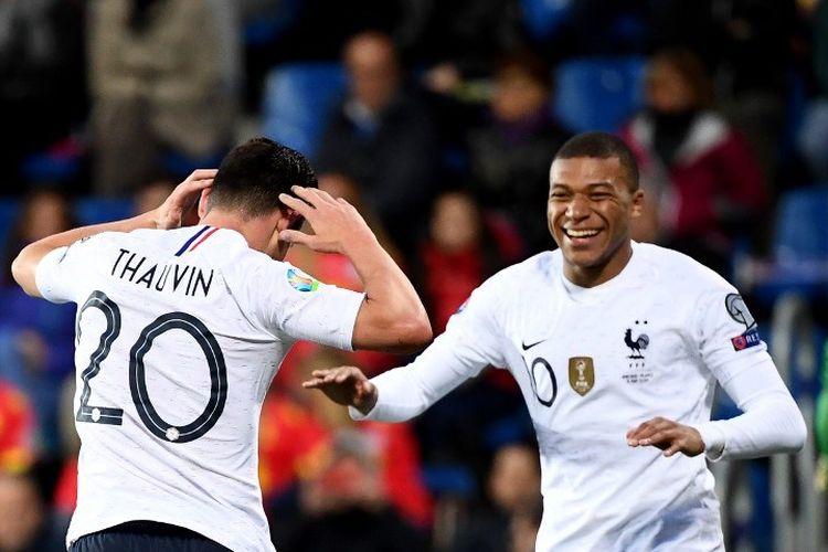 Kylian Mbappe merayakan gol Florian Thauvin pada pertadingan Andorra vs Perancis dalam lanjutan kualifikasi Euro 2020 di Stadion Nasional Andorra La Vella, 11 Juni 2019.