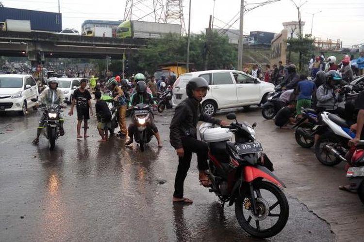 Para pengendara yang kendaraannya mogok karena menerobos banjir di kolong jembatan Tol JORR Kalimalang, Bekasi, Senin (20/2/2017).