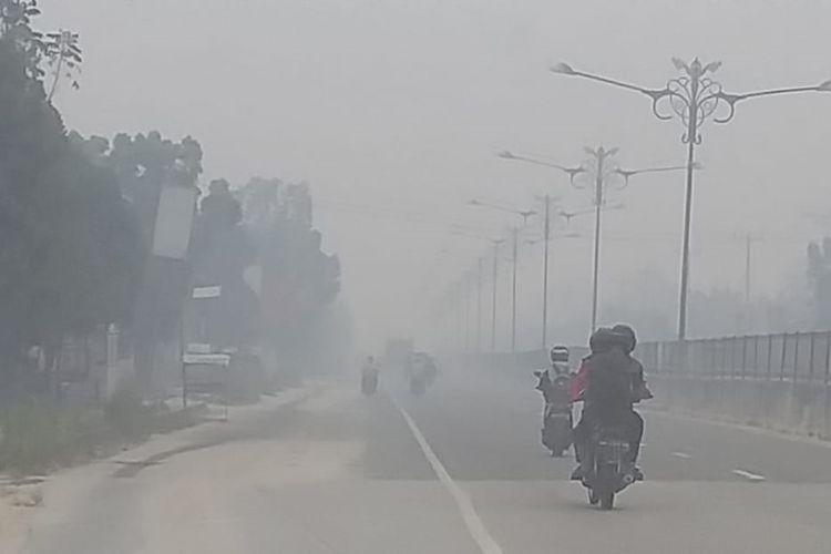 Kabut asap pekat terpantau di perbatasan Pekanbaru dengan Kabupaten Kampar, jalan lintas Riau-Sumatera Barat, Senin (23/9/2019) sekitar pukul 09.30 WIB.