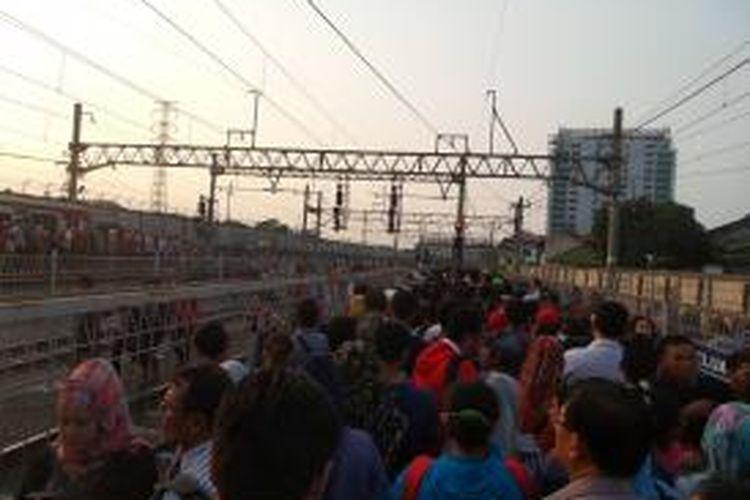 Penumpukan penumpang pengguna KRL jalur Serpong di Stasiun Tanah Abang, Selasa (16/6/2015) sore. Penumpukan penumpang terjadi imbas dari anjloknya satu rangkaian KRL di sekitar Stasiun Pondok Ranji pada siang tadi.