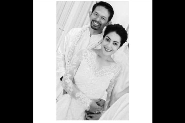 Artis peran Lulu Tobing mengunggah foto bersama pengusaha Bani M Mulya. Lulu tampak mengenakan kebaya putih.