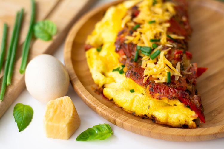 Ilustrasi omelet telur fluffy ala hotel.