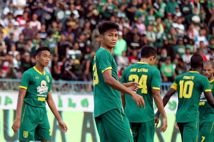 Pemain muda Persebaya Surabaya Koko Ari Araya saat lanjutan babak penyisihan Grup A Piala Gubernur Jatim 2020 melawan Persebaya Surabaya yang berakhir dengan skor 2-4 di Stadion Gelora Bangkalan, Jawa Timur, Jumat (14/02/2020) sore.