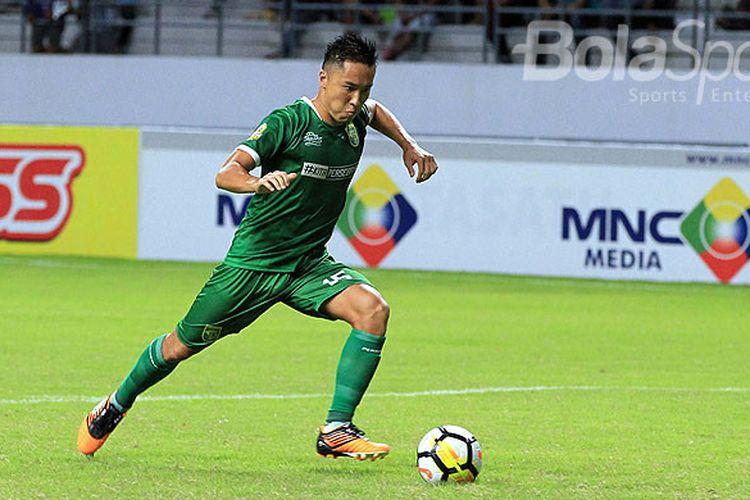 Aksi bek Persebaya Surabaya, Arthur Irawan, saat tampil melawan Madura United pada babak penyisihan Grup B Piala Gubernur Kaltim 2018 di Stadion Batakan Balikpapan, Kalimantan Timur Sabtu (24/02/2018) malam.