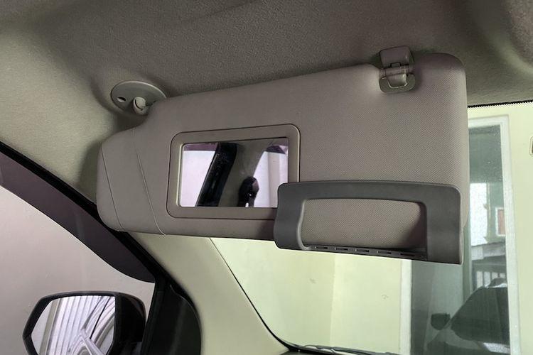 Terdapat kaca di sun visor penumpang