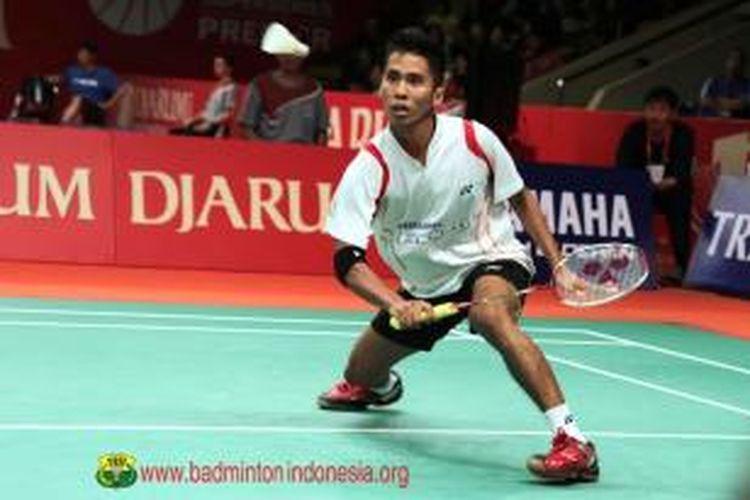 Pebulu tangkis Indonesia, Alamsyah Yunus, mengembalikan kok pada Marc Zwiebler dari Jerman, pada babak kedua Djarum Indonesia Open Super Series Premier, (14/6/2013).