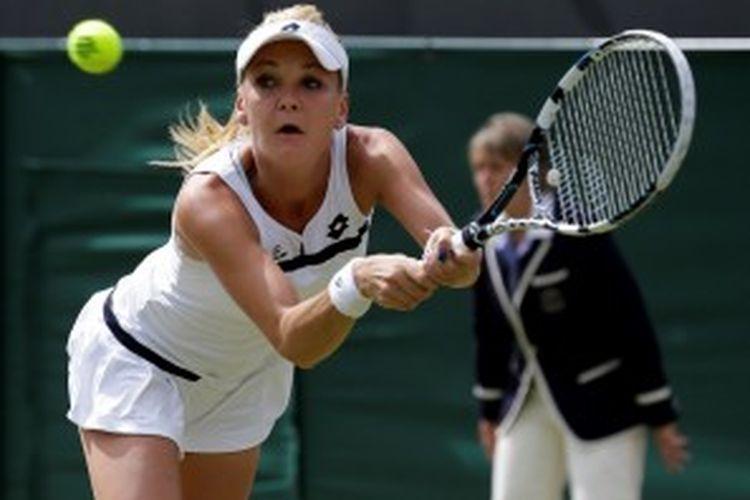 Petenis Polandia, Agnieszka Radwanska, mengembalikan bola Tsvetana Pironkova dari Bulgaria, saat berhadapan di babak keempat turnamen grand slam Wimbledon, Senin (1/7/2013).