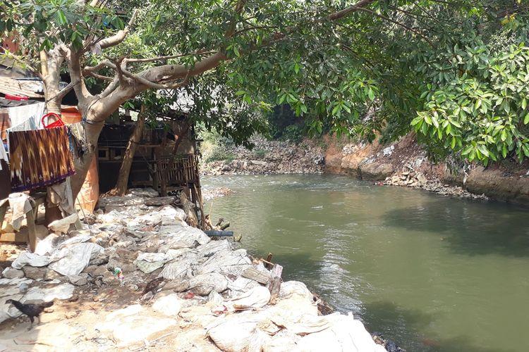 Kondisi bantaran Kali Ciliwung, Jalan Kebon Pala Tanah Rendah, Kampung Melayu, Jakarta Timur pasca pembersihan material daratan buatan, Senin (19/8/2019).