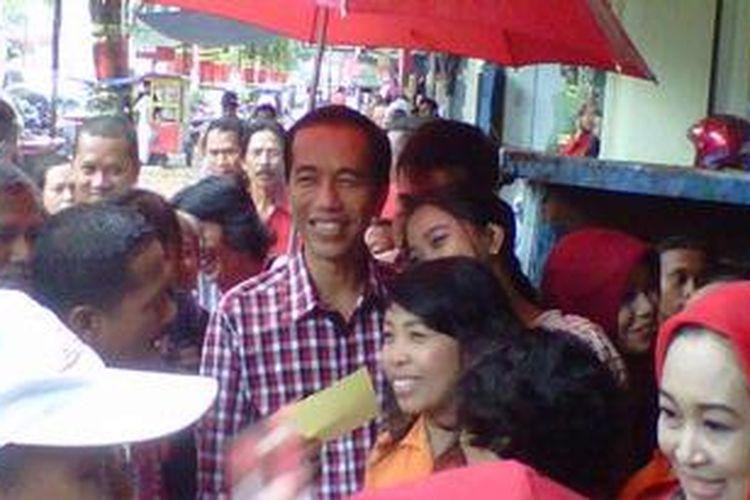 Gubernur DKI, Jokowi, langsung dikerubuti warga saat tiba di kawasan Pecinan Kota Magelang, Sabtu siang (18/5/2013).