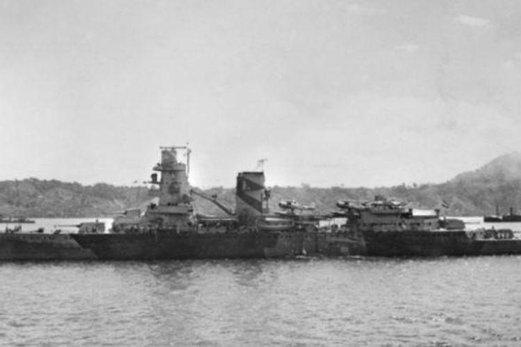 Kapal perang AL Belanda HNLMS De Ruyter yang tenggelam dalam pertempuran Laut Jawa 15-27 Februari 1942 yang sekaligus menewaskan komandan armada AL Sekutu Laksamana Karel Doorman.
