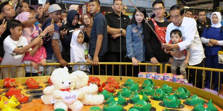 Presiden Joko Widodo bermain bersama cucu, Jan Ethes Srinarendra di Wahana Permainan Anak Transmart Yasmin, Kota Bogor, Senin (18/6/2018).