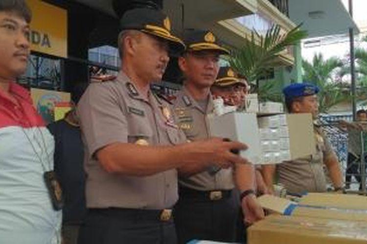 Polisi menunjukkan barang bukti berupa alat-alat kesehatan yang dicuri perampok, Senin (12/10/2015).
