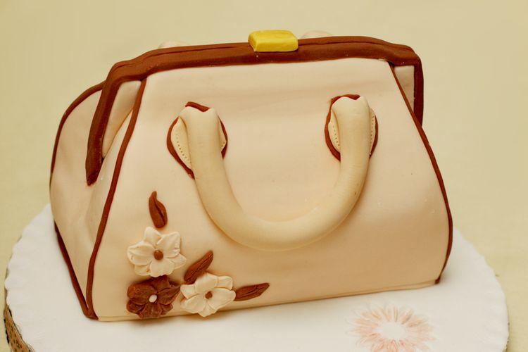 Ilustrasi Kue tiga dimensi (cake 3D) berbentuk tas.