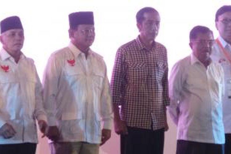 Pasangan calon presiden dan calon wakil presiden, Prabowo Subianto-Hatta Rajasa bersama Joko Widodo-Jusuf Kalla dalam acara deklarasi pemilu berintegritas yang digelar KPU di Jakarta, Selasa (3/6/2014).
