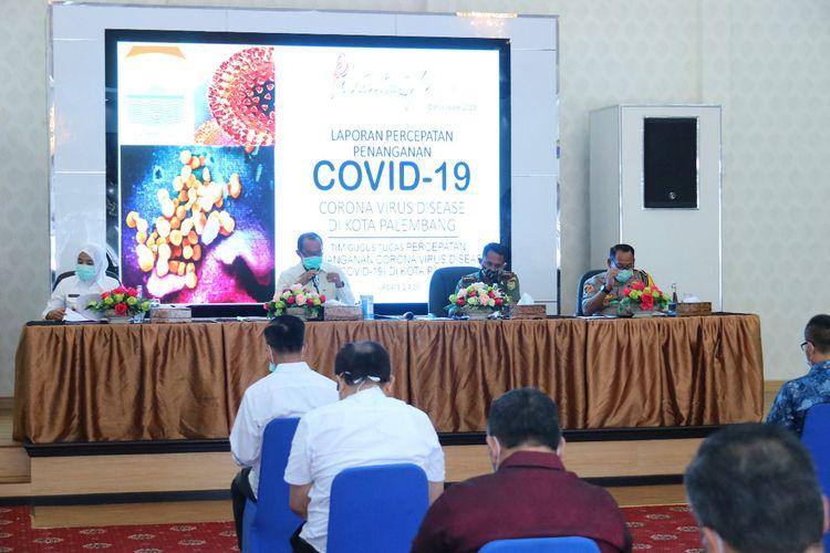 Wali Kota Palembang Harnojoyo saat mempin rapat gugus tugas penanganan percepatan Covid -19, Kamis (2/4/2020).