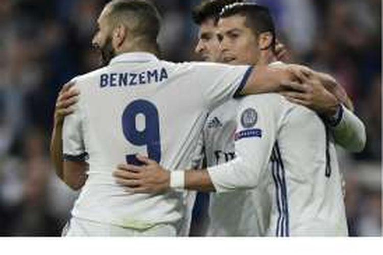 Penyerang Real Madrid, Alvaro Morata (tengah), Cristiano Ronaldo (kanan) dan Karim Benzema, merayakan gol yang dicetak ke gawang Legia Warsawa pada pertandingan penyisihan Grup F Liga Champions di Stadion Santiago Bernabeu, Madrid, Selasa (18/10/2016).