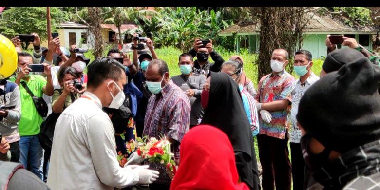 Tim dokter menyerahkan bunga kepada RK pasien pertama Covid-19