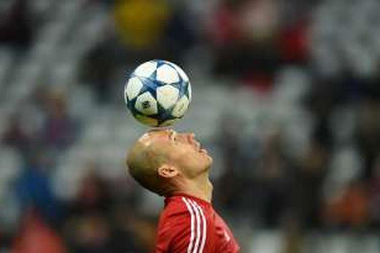 Pemain sayap Bayern Muenchen, Arjen Robben, melakukan pemanasan menjelang partai kontra Olympiakos pada fase grup Liga Champions di Stadion Allianz Arena, 24 November 2015.