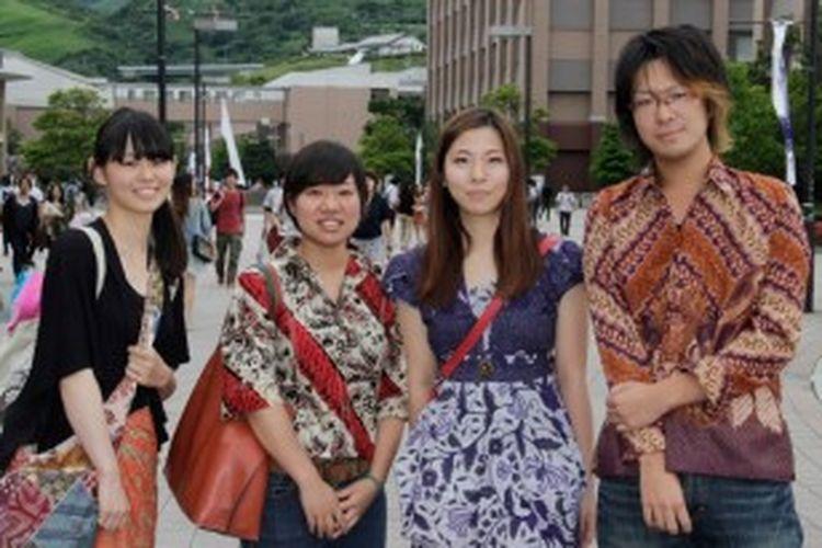 Mudah sekali ditemukan, misalnya, mahasiswa Jepang fasih berbahasa Indonesa di Ritsumeikan Asia Pacific University (APU).