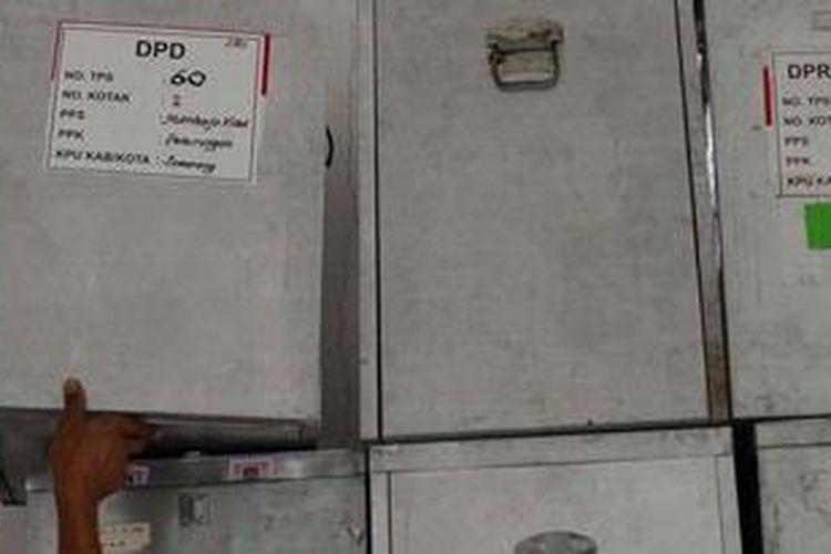 Ilustrasi: Pekerja mulai menyiapkan kotak suara untuk didistribusikan ke sejumlah kelurahan dari Kantor Kecamatan Semarang Barat, Kota Semarang, Jawa Tengah, Kamis (16/5/2013). Penyiapan losgistik juga mulai dilakukan di seluruh wilayah di Jawa Tengah dengan jumlah TPS yang ditetapkan sebanyak 61.951.