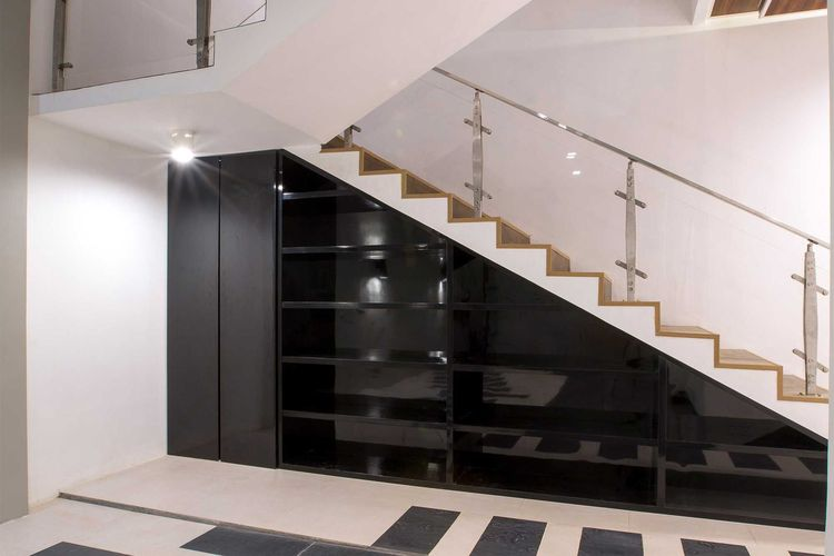 Lemari penyimpanan di bawah tangga di Muara Bungo Residence, karya Fine Team Studio
