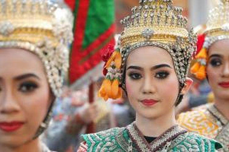 Peserta Festival Budaya Thailand di Bangkok, Kamis (14/1/2015). Masyarakat umum dan wisatawan bisa menyaksikan parade dan pawai budaya dari berbagai macam adat di Thailand. Festival berlangsung sampai Minggu (18/1/2015).