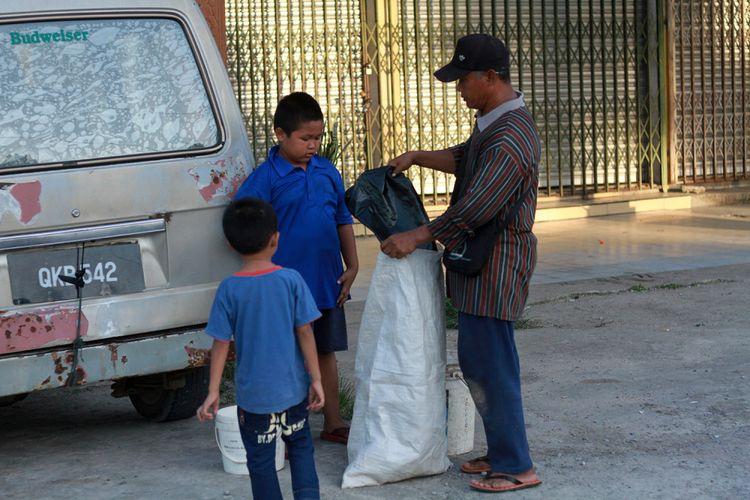 Nursaka (8), bocah SD asal Indonesia yang melintasi perbatasan Indonesia-Malaysia setiap hari demi bersekolah. Dia tinggal bersama keluarganya di di Tebedu, Malaysia, dan berangkat ke sekolah setiap hari di Entikong, Indonesia. Di luar jam sekolah, Nursaka membantu ayahnya mengumpulkan kaleng bekas atau merawat ayam peliharaan.