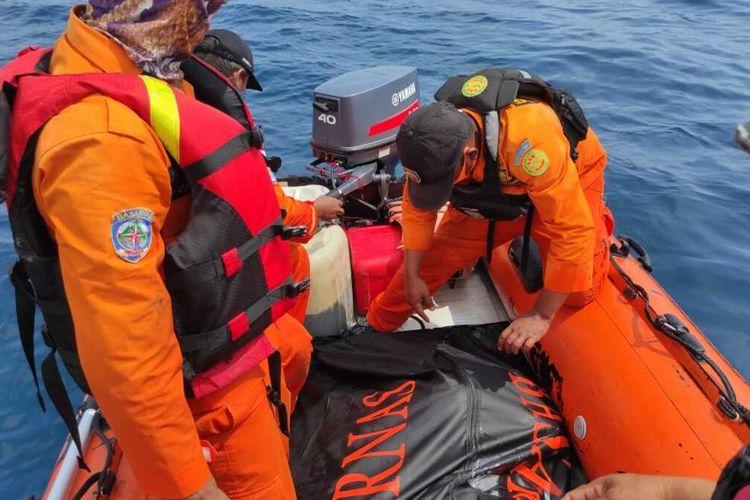 Tim Basarnas gabungan mengevakuasi jasad korban usai ditemukan mengapung di perairan laut Barus, Tapanuli Tengah, Minggu (30/7/2020) siang, setelah dilakukan pencarian selama empat hari sejak hilang pada Kamis (27/8/2020).