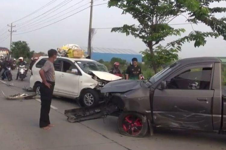 Minibus yang membawa pemudik dari Jakarta menuju Pemalang terlibat kecelakaan dengan mobil pikap di Jalur Pantura Klampok, Kabupaten Brebes, Kamis (5/5/2021).