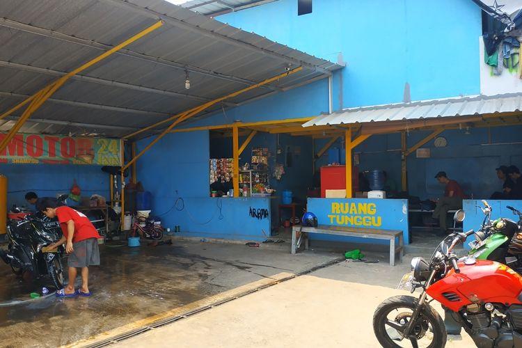 Tempat cuci steam mobil dan motor di Pondok Melati, Bekasi, yang disatroni komplotan perampok bercelurit pada Senin (7/10/2019) dini hari.