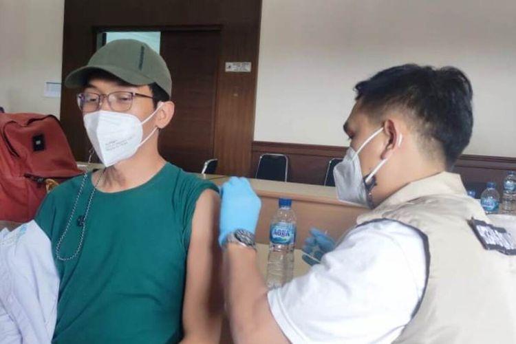 Seorang karyawan Kebun Raya Cibodas, Cianjur, Jawa Barat, saat divaksin Covid-19, Selasa (6/4/2021). Seluruh karyawan KRC menjalani vaksinasi massal tersebut dalam upaya menumbuhkan kepercayaan masyarakat terhadap sektor pariwisata yang sehat dan bebas Covid-19.