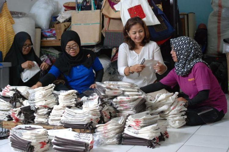 Salah satu mitra binaan Pertamina, Trasty Handicraft, memberdayakan perempuan lewat Komunitas Tangan Terampil (Dok. Pertamina)