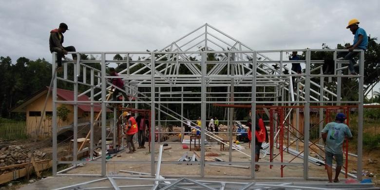 Struktur sementara tengah dalam proses pengerjaan. Material yang digunakan adalah baja ringan dan beton pra cetak (prefabrikasi).