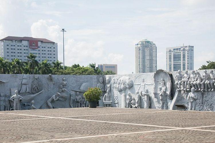 Relief timbul yang terletak di halaman Tugu Monas, Jakarta, Rabu (29/1/2020).