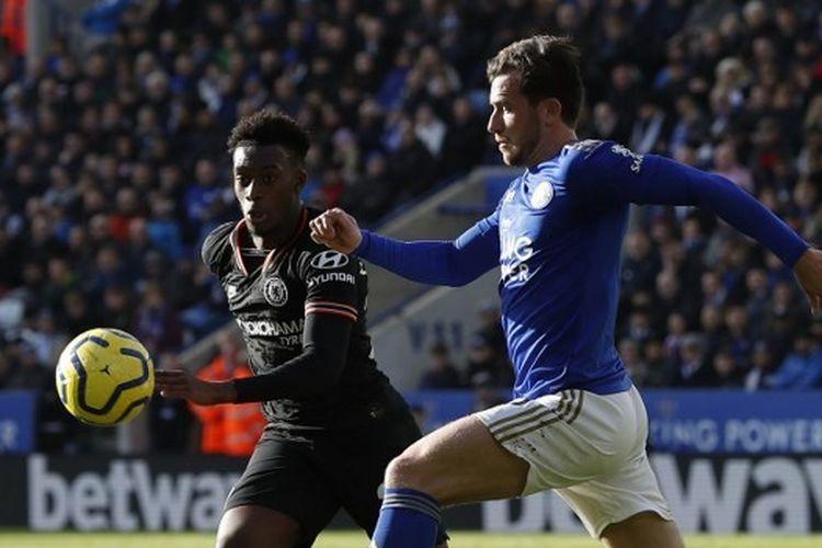 Penyerang sayap Chelsea, Callum Hudson-Odoi berebut bola dengan bek Leicester City, Ben Chilwell, dalam pertandingan pekan ke-25 Liga Inggris di Stadion King Power, Sabtu (1/2/2020).