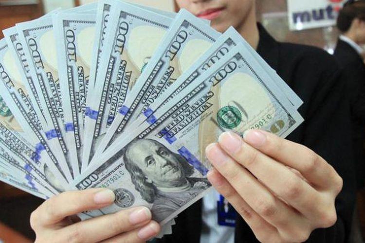 Ilustrasi uang kertas 100 dolar AS.
