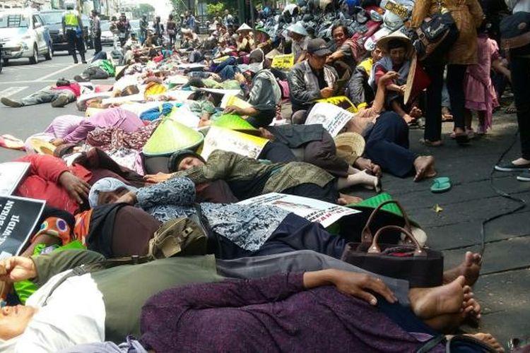 Para petani dari Kecamatan Temon, Kabupaten Kulon Progo, Yogyakarta, melakukan aksi tidur di jalan untuk  menolak rencana pembangunan Bandara Kulon Progo atau New Yogyakarta International Airport (NYIA).