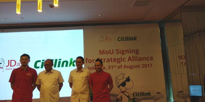 Direktur Utama Citilink Indonesia, Juliandra Nurtjahjo bersama Presiden Direktur JD.ID, Zhang Li dan jajaran direksi setelah penandatangan nota kesepahaman di Jakarta, Kamis (31/8/2017).