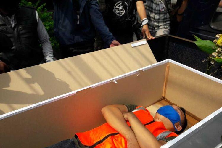 Warga yang tidak pakai masker masuk peti mati di kawasan Kalisari, Jakarta Timur, Kamis (3/9/2020)