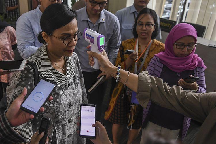 Menteri Keuangan Sri Mulyani diperiksa suhu tubuhnya saat akan mengikuti Rapat Koordinasi (Rakor) tentang Kebijakan Stimulus ke-2 Dampak COVID-19 di kantor Kemenko Perekonomian, Jakarta, Rabu (11/3/2020). Dalam Rakor tersebut dihasilkan beberapa hal salah satunya mencangkup PPH Pasal 21 yang akan ditanggung Pemerintah untuk industri.