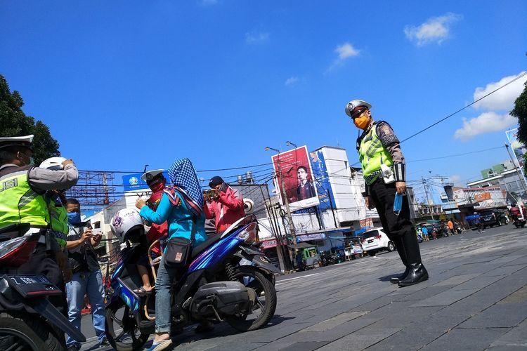 Polisi gelar razia pengendara masker dan memberikan masker gratis kepada pelanggar di kawasan Jalan HZ Mustofa Kota Tasikmalaya, Kamis (9/4/2020).