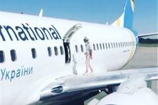Kepanasan, Ibu Ini Buka Pintu Darurat Pesawat dan Berjalan di Sayap