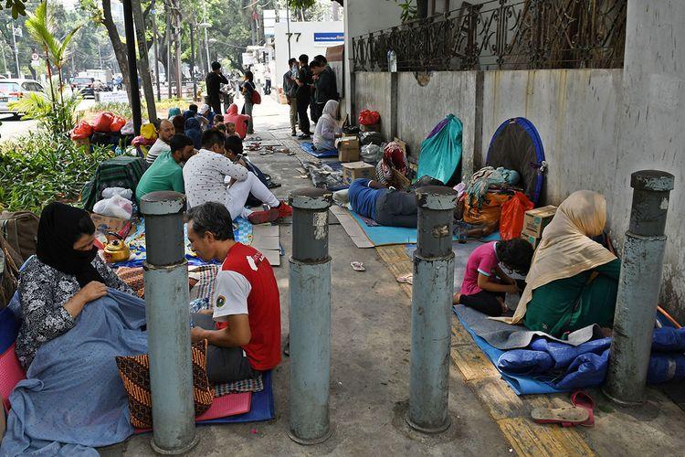 Sejumlah pencari suaka menempati trotoar di dekat kantor Komisioner Tinggi PBB untuk Pengungsi (UNHCR), Jalan Kebon Sirih, Jakarta Pusat, Selasa (17/9/2019). Puluhan pencari suaka yang berasal dari sejumlah negara itu menempati trotoar untuk meminta tolong kepada UNHCR agar memberikan tempat tinggal dan kebutuhan hidup sehari-hari setelah bantuan-bantuan dihentikan pemberiannya di tempat penampungan sementara mereka sebelumnya di Kalideres, Jakarta Barat.