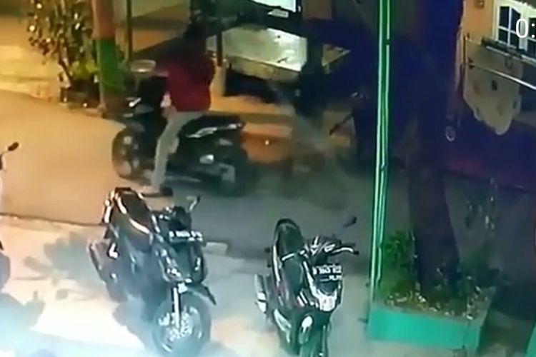 Dua pelaku pencurian sepeda motor terekam kamera CCTV saat beraksi di Masjid Al-Ikhlas Cilenggang, Serpong, Tangerang Selatan, Kamis (3/10/2019)