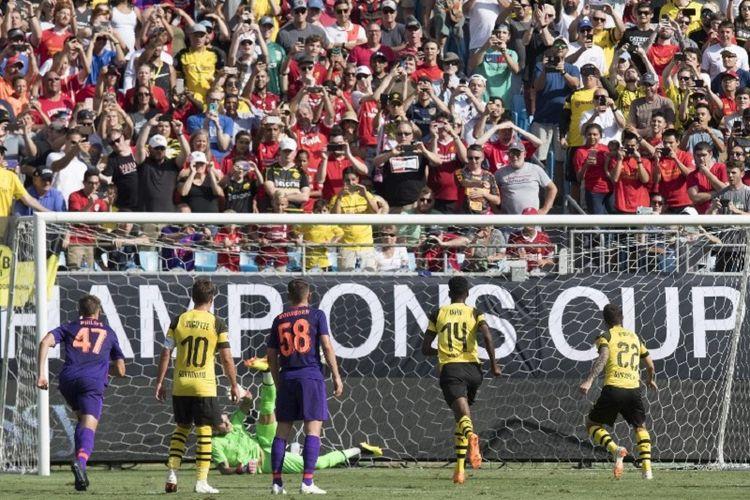 Loris Karius gagal mengamankan tendangan Christian Pulisic saat Liverpool berhadapan dengan Borussia Dortmund pada laga ICC 2018 di Charlotte, 22 Juli 2018.