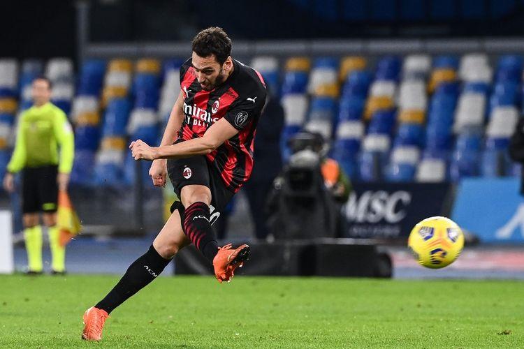Aksi playmaker AC Milan Hakan Calhanoglu pada laga lanjutan Serie A kontra Napoli di Stadion San Paolo, 22 November 2020.