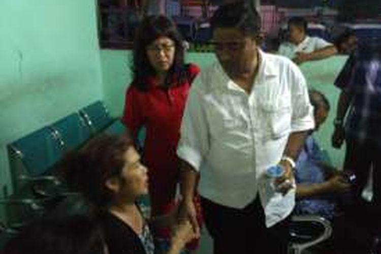 Ibu korban terbakarnya KM Zahro Ekspress, Ace mengadu ke Pelaksanaan tugas Gubernur DKI Jakarta Sumarsono di RS Atma Jaya, Jakarta, Minggu (1/1/2017).